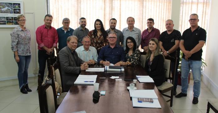 Administração Municipal parobeense realiza assinatura de financiamento para compra de novas máquinas