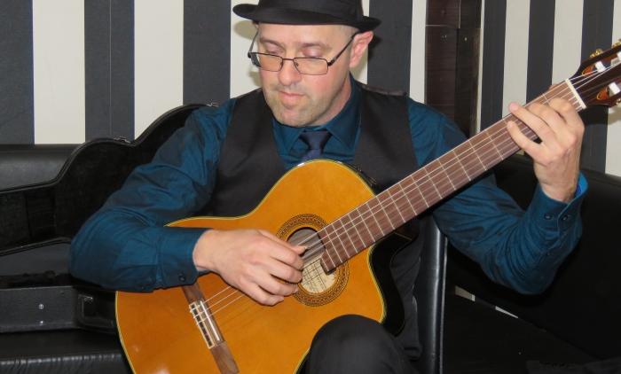 Músico Laerte Hugentobler toca compositores brasileiros no sarau