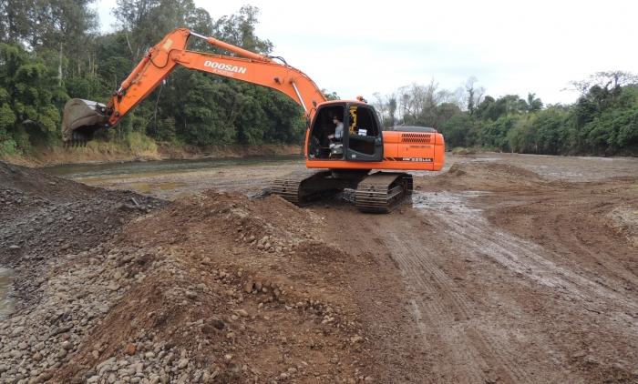 obras de desassoreamento no Rio Paranhana em Igrejinha