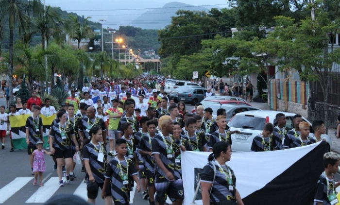 Desfile de delegações abre a 13ª Copa de Futebol Cidade Verde