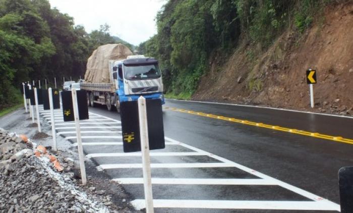 Caminhões desrespeitam proibição de tráfego na RS-115