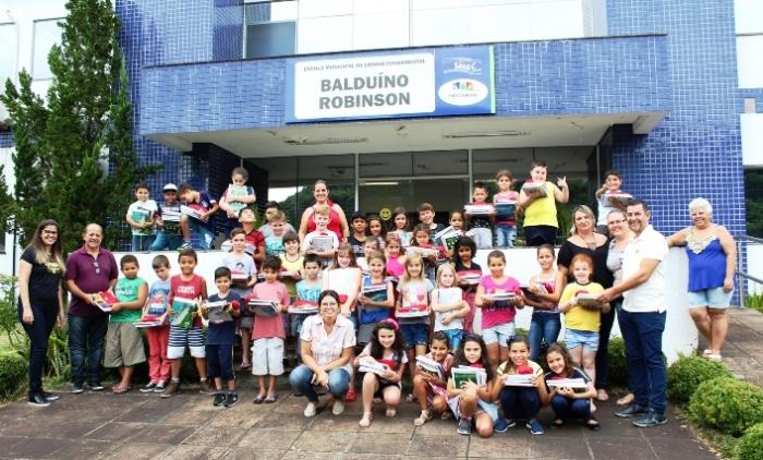 Entrega de materiais escolares marca início do ano letivo em Três Coroas