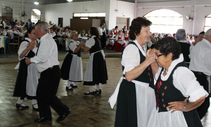 TRÊS COROAS REÚNE GRUPOS DE DANÇAS FOLCLÓRICAS DA 3ª IDADE
