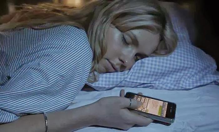 Mais da metade dos brasileiros olha o smartphone logo após acordar