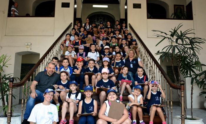 Alunos do Colégio Santa Teresinha são recebidos pelo prefeito de Taquara durante visita aos pontos turísticos do município