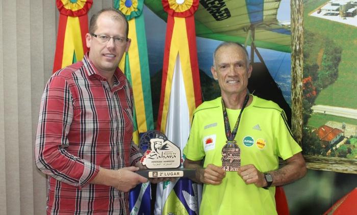 Aos 67 anos, atleta de Igrejinha corre 42 km e conquista medalha no Sahara